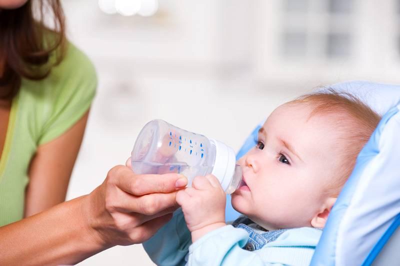 Давать ли ребенку воду при смешанном вскармливании | микролакс®