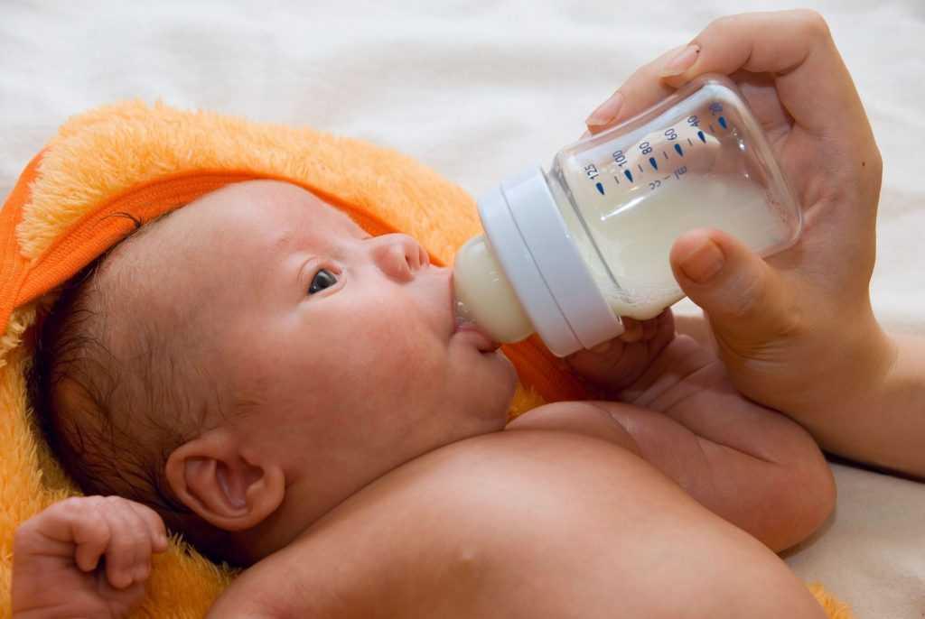 Почему новорожденный ребенок икает и срыгивает после кормления