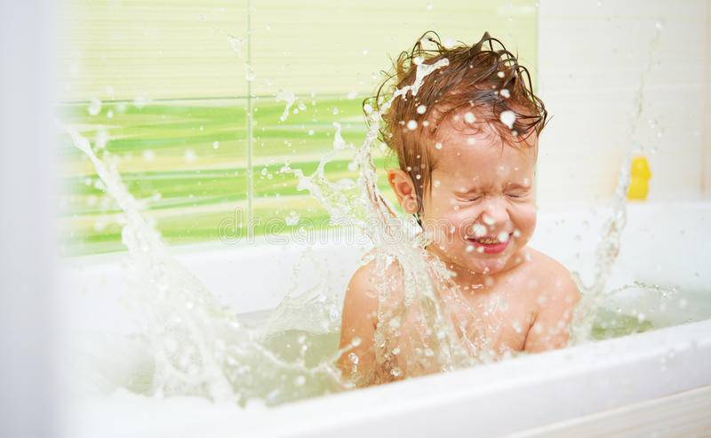 Почему грудничок плачет после ванны. малыш плачет при купании: причины и решение проблемы. создаем комфортные условия