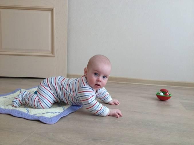 Ребенок в 7-8 месяцев не сидит и не ползает: 6 упражнений, как научить малыша вставать на четвереньки и ползать - врач 24/7