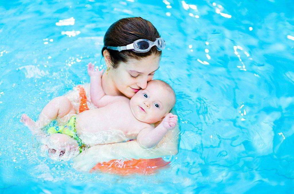 Занятия в бассейне с грудничком: все для грудничкового плавания с мамой