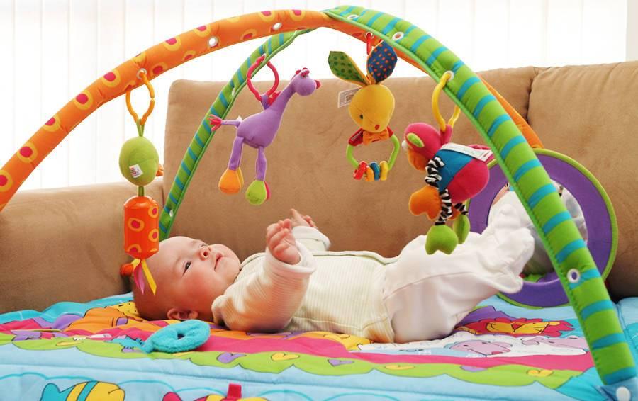 во сколько месяцев ребенок начинает держать погремушку и интересоваться игрушками