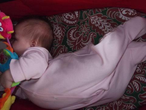 Ребенок запрокидывает голову назад. грудничок выгибается и запрокидывает голову назад во сне: причины, не вредно ли это?