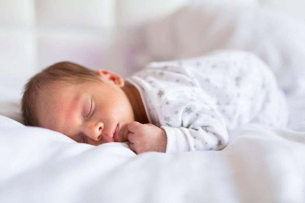 Новорожденный во сне вздрагивает: почему грудничок часто дергается