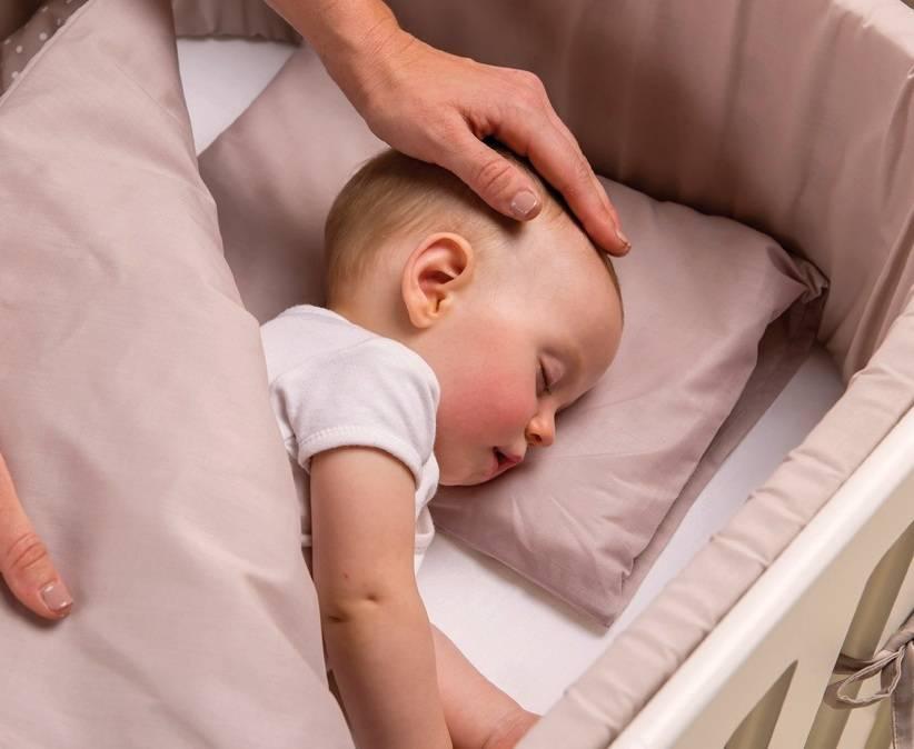 Когда можно класть ребенка на спину спать