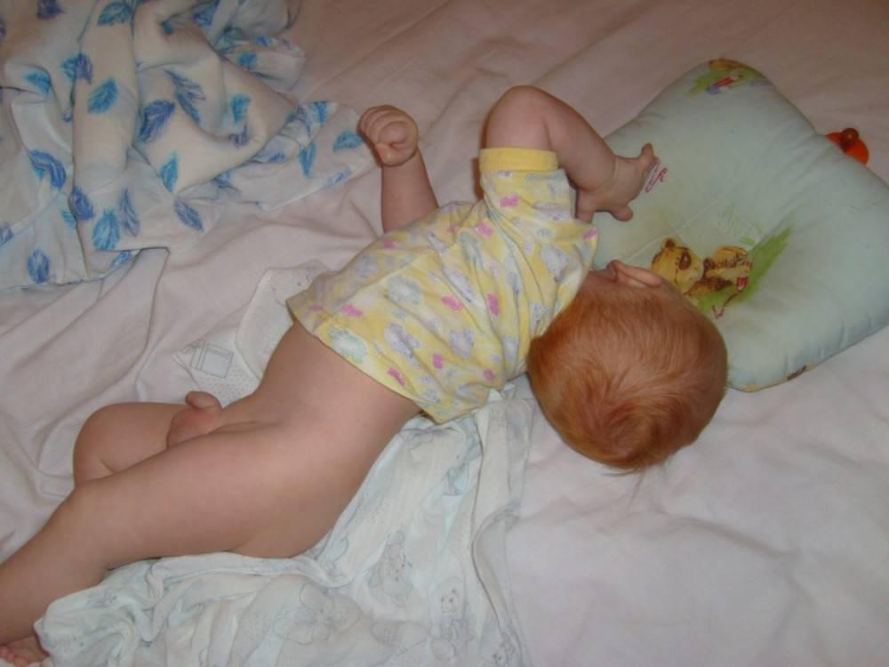 Новорожденный ребенок во сне вздрагивает