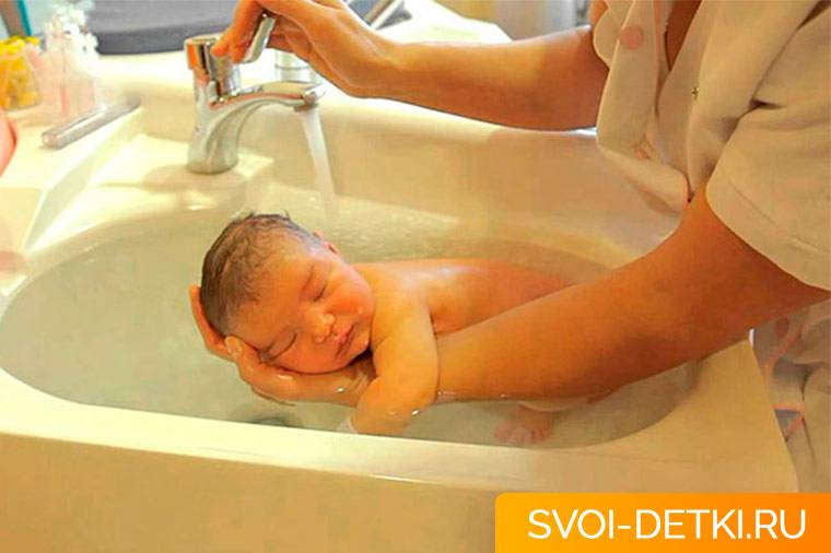 Как правильно подмывать новорожденного ребенка?