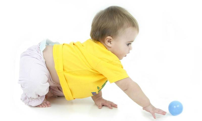 Почему ребенок не ползает в 9 месяцев — причины