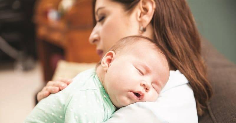 Почему ребёнок спит только на маминых руках и как исправить эту ситуацию? как отучить ребенка засыпать на руках — действенные методы