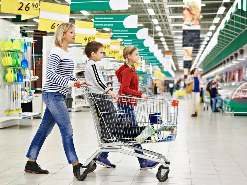Дети в тележках супермаркетов - страна мам