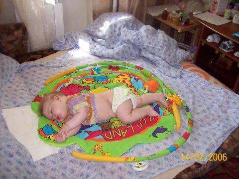 Ребенок запрокидывает голову назад: как понять, это – неврологическая патология или обычное явление