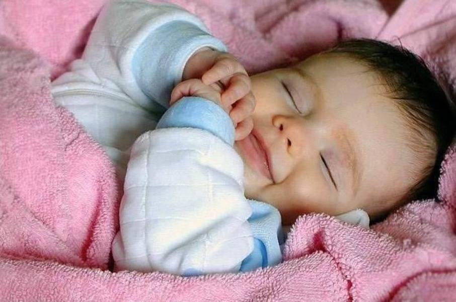 Почему новорожденные во сне улыбаются?