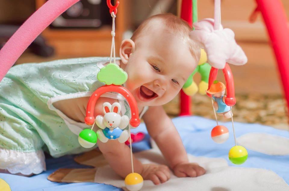 Когда новорожденный начинает реагировать на погремушку? - мама и ребенок