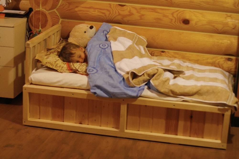 Ребенок не спит в своей кровати: что делать, простые советы