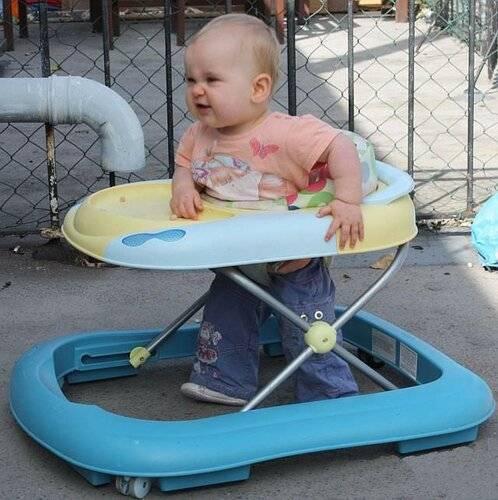 В возрасте скольки месяцев можно сажать в ходунки мальчиков и девочек, когда лучше ставить в них ребенка