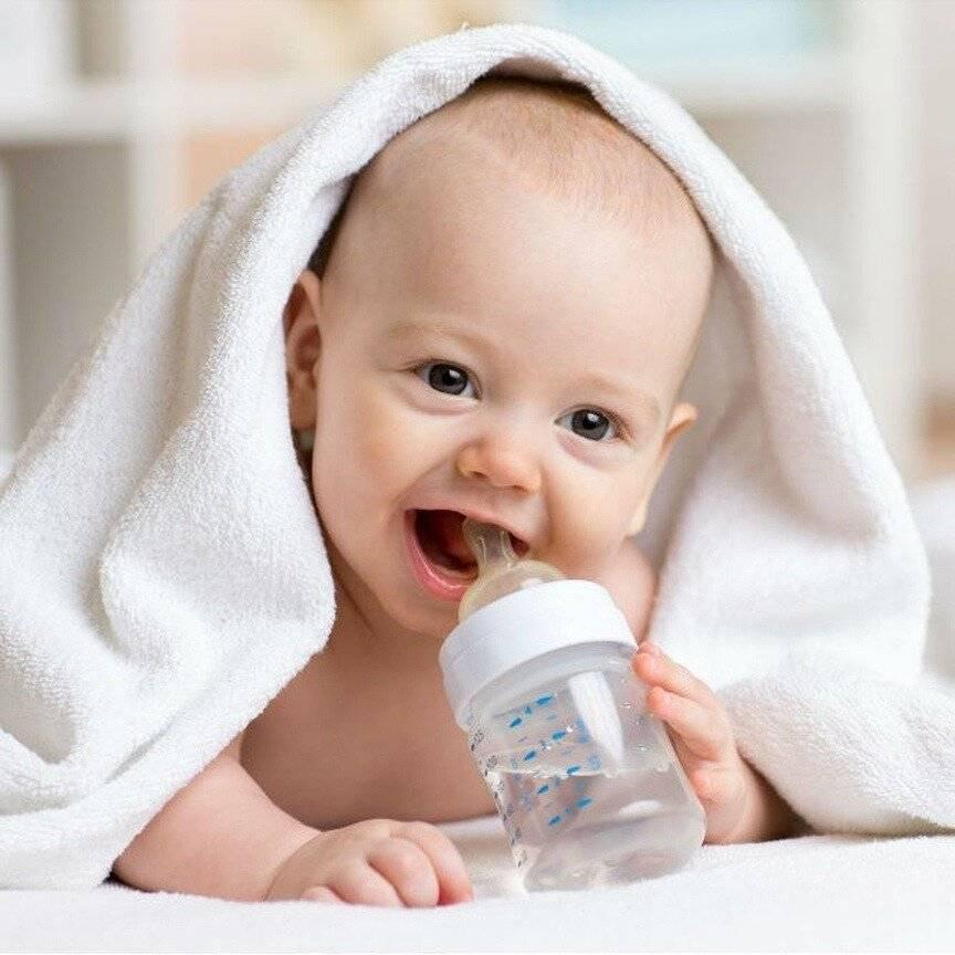 Какую воду давать детям с первых дней жизни: полезные советы