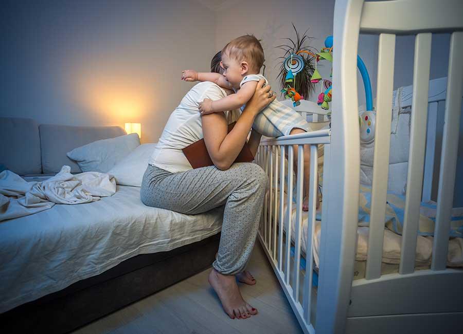 Почему ребенок плачет перед сном — причины