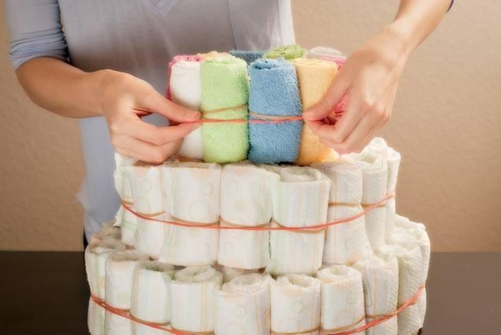 Готовим торт из памперсов своими руками: «рецепты» красивых подарков для мальчиков и девочек