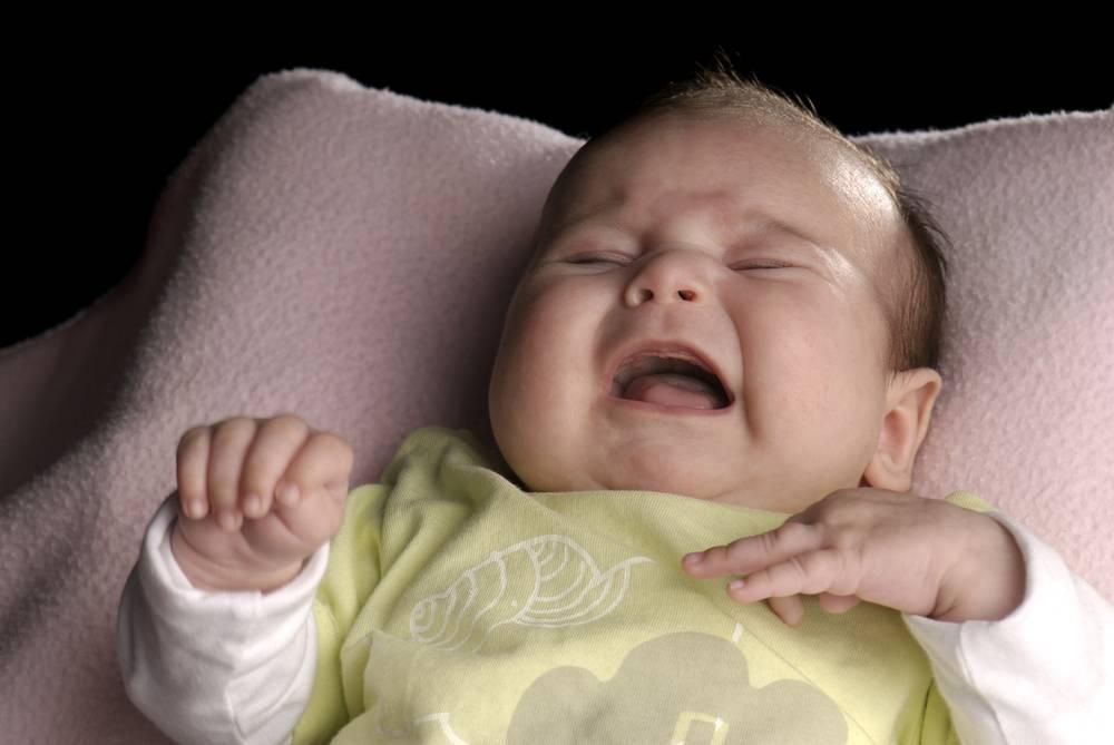 Ребенок плачет при засыпании в 2, 3, 4, 5, 6 и 8 месяцев: почему кричит перед сном