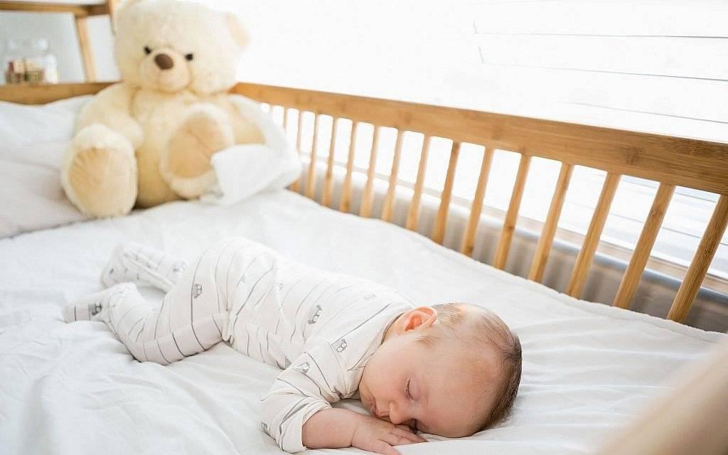 Советы бывалых: как научить ребенка засыпать в кроватке самостоятельно