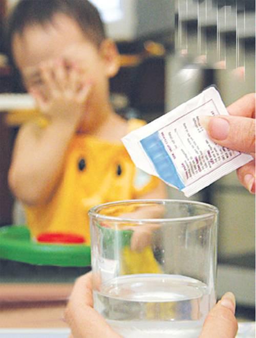 Как помочь при отравлении ребенку — лечение малыша в домашних условиях