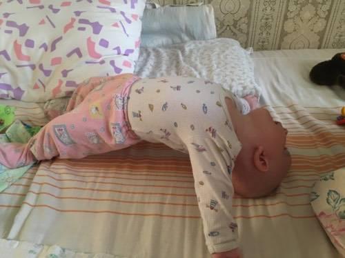 Ребенок запрокидывает голову назад во сне и почему выгибается