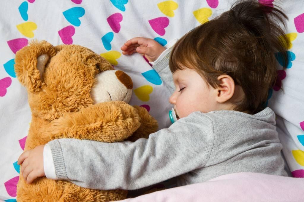 8 советов как отучить ребенка от укачивания и убаюкивания на руках перед сном