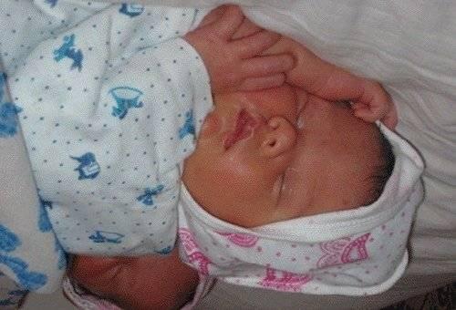 Почему новорождённый тужится и кряхтит во сне: причины и их решение