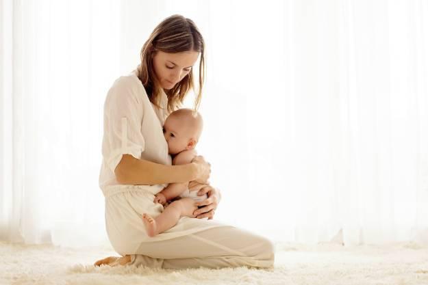 Как правильно держать новорожденного во время подмывания, техника и алгоритм действий