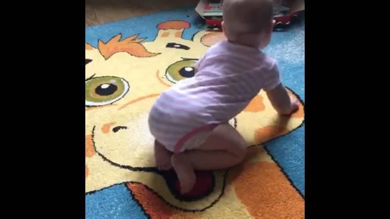 Как научить ребенка ползать: советы комаровского