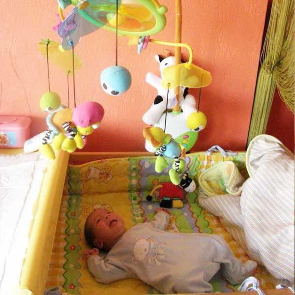 Игрушки над кроваткой для новорожденных: какие выбрать