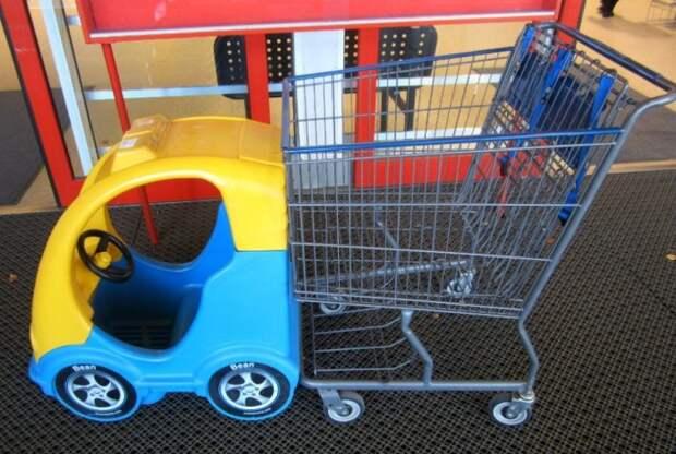 Дети в тележках супермаркетов