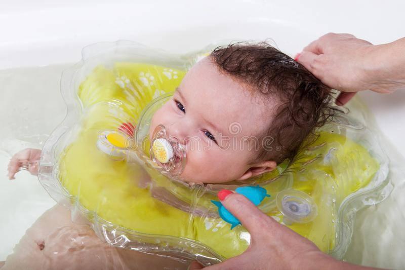 Мочить или не мочить уши при купании новорожденного