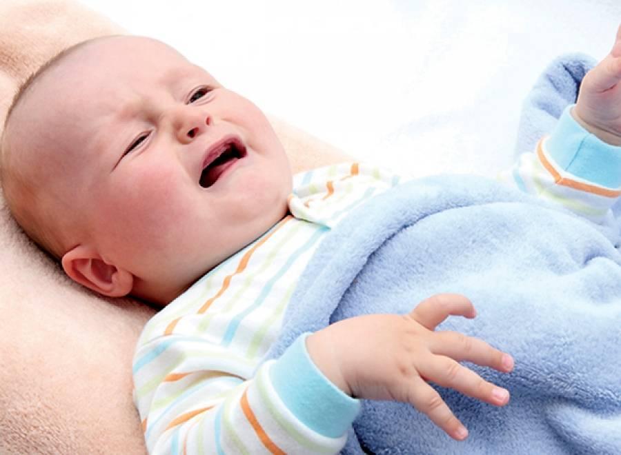 Почему грудничок вздрагивает и кряхтит когда засыпает