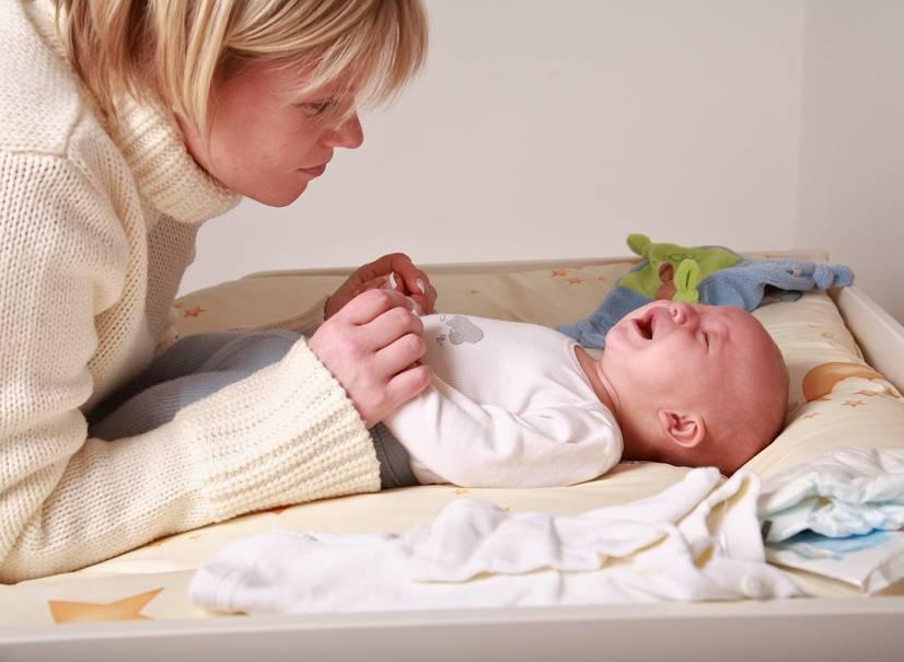 Ребенок плачет после кормления смесью – причины