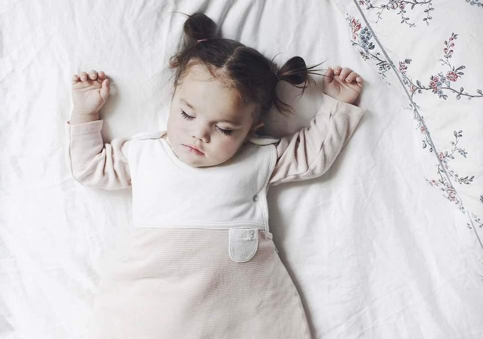 Почему ребенок переворачивается во сне. сладкий сон ребенка прервался с поворотом на живот – что делать