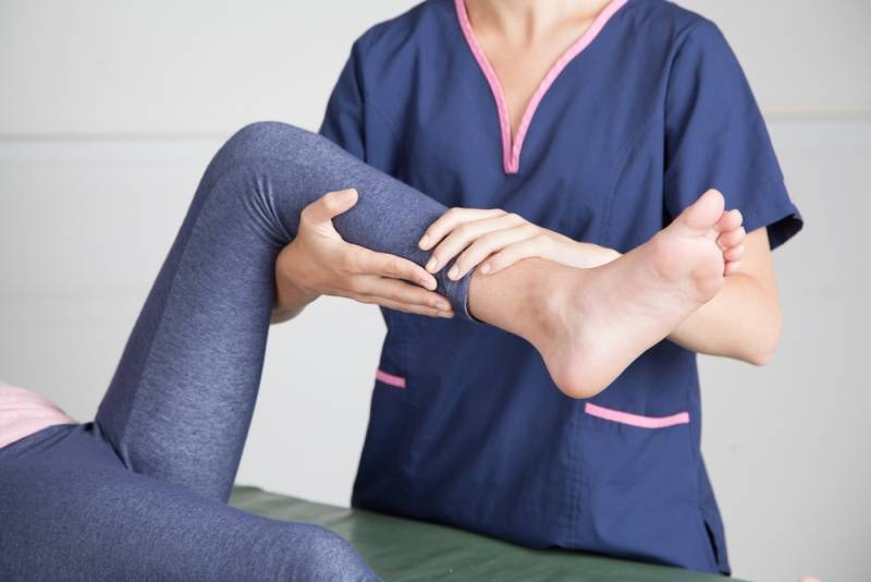Почему болят колени у ребенка | сеть клиник «здравствуй!»