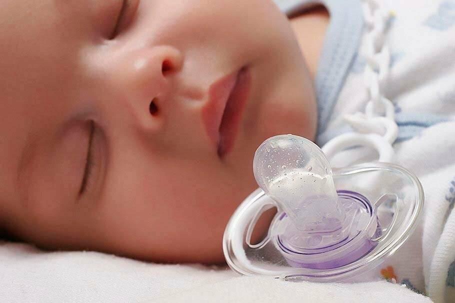 Пустышка для новорожденного: за и против соски
