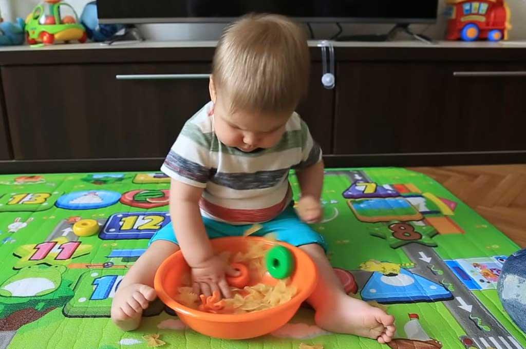 Игры с ребенком 9 месяцев: как развивать, какие игрушки нужны, развивающие, чем занять, как играть, во что играть, с малышом