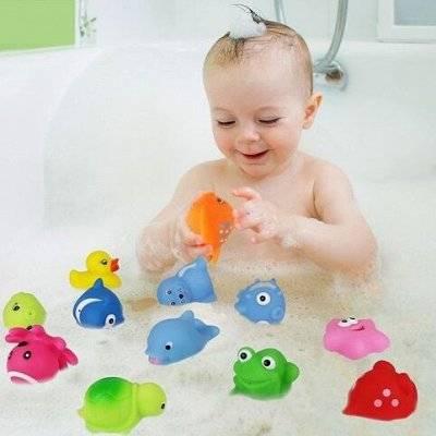 Делаем купание ребенка веселым и развивающим: игрушки для ванной на присосках и правила их подбора