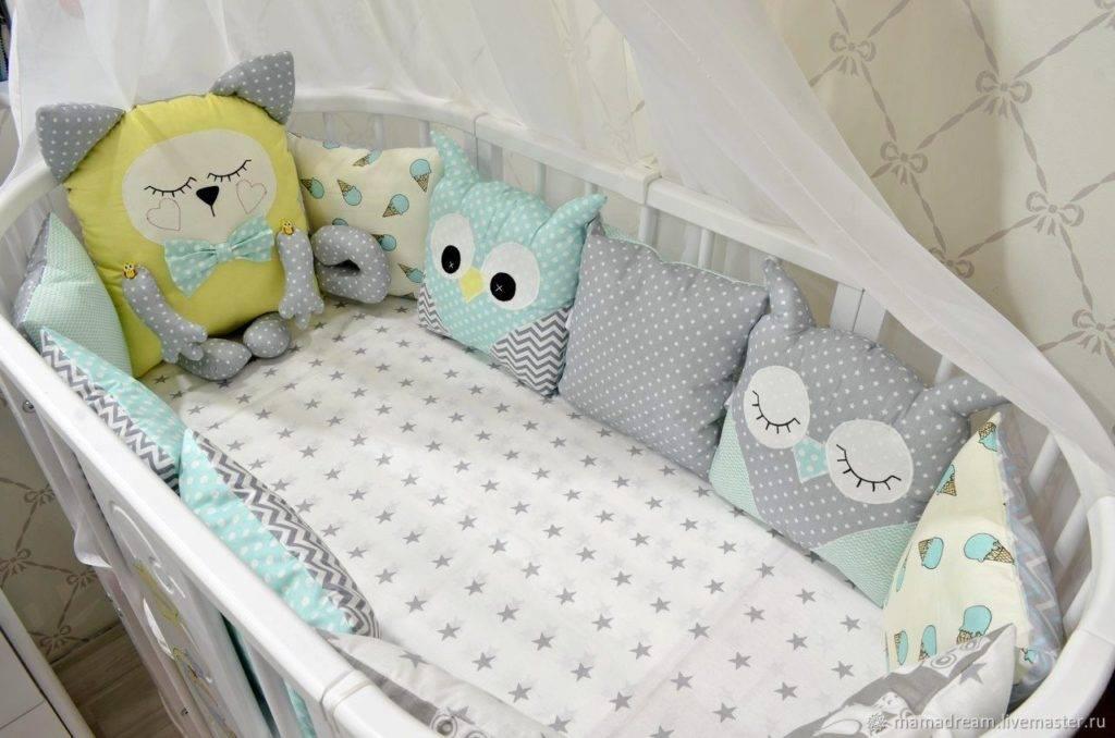 Как застелить кроватку для новорожденного и правильно подготовить детское место для крепкого сна малыша, чем ее заправлять, а также можно ли поставить ее в спальне?