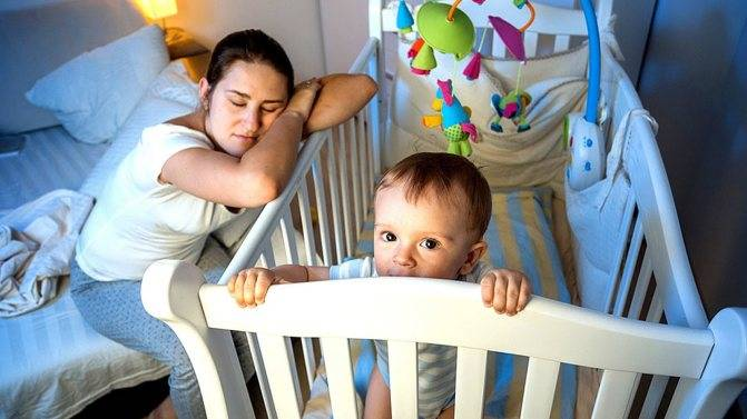Младенец перепутал день с ночью, что делать?