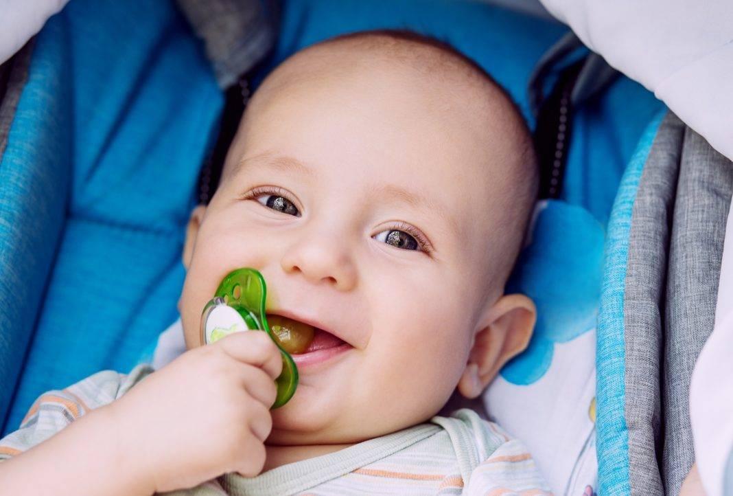 Как приучить грудничка к пустышке: можно ли давать соску новорожденным
