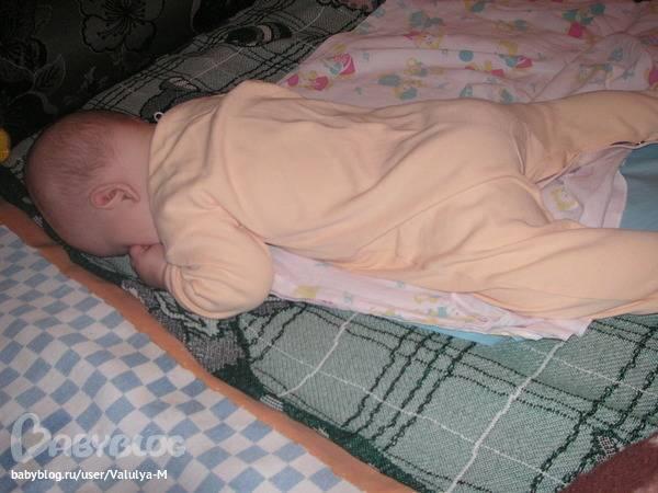 Беспокойный сон, ребенок все время ночью пытается перевернутся на живот.