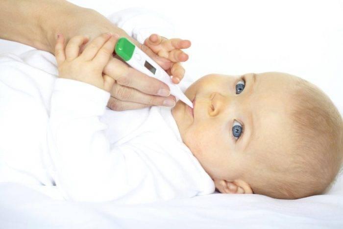Почему новорожденный ребенок срыгнул с кровью при кормлении — причины