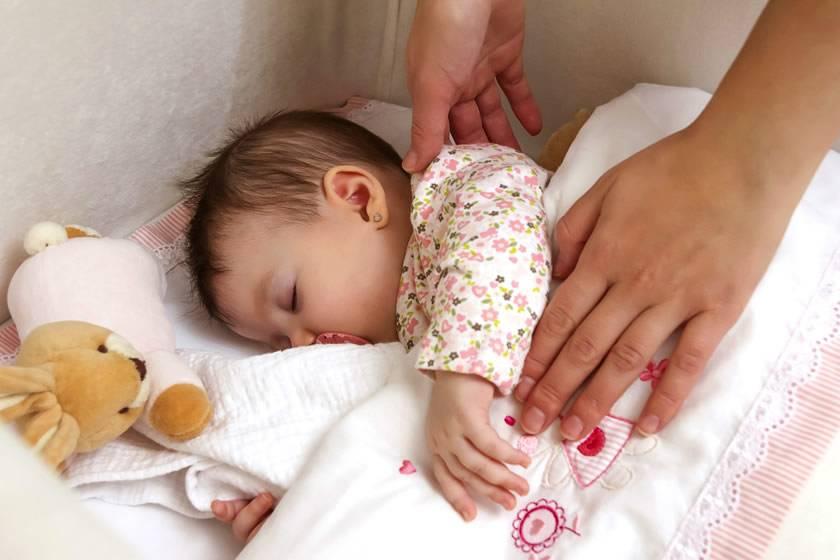 Как отучить ребёнка спать с родителями: советы психологов и мам