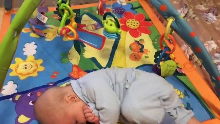 Ребенок не переворачивается в 4 месяца на живот, на бок