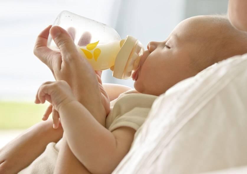 Как правильно кормить новорожденного: грудным молоком, из бутылочки и смесью