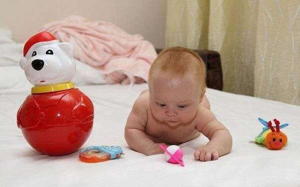 Когда новорожденный начинает реагировать на погремушку?