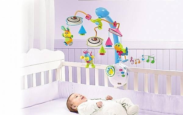 Когда можно вешать игрушки над кроваткой новорожденного